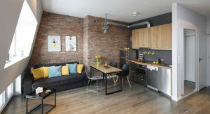 Niewielkie, 45-metrowe mieszkanie na warszawskiej Pradze urządzono z myślą o krótkoterminowym wynajmie. Funkcja wnętrza zdeterminowała układ pomieszczeń, ton aranżacji nadał jednak krajobraz za oknem.