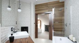 Styl nowoczesny ciągle jest na topie. Lubimy proste, geometryczne kształty, zabudowę meblową pozbawioną uchwytów, która pozwoli zachować nienaganny porządek w łazience, unikamy przy tym zbędnych dekoracji i bibelotów.