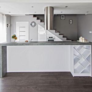 Nowoczesna i minimalistyczna zabudowa kuchenna dobrze prezentuje się z wyspą. Fot. Studio Max Kuchnie   Meble Bukowska