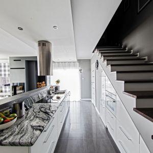 W nieustawnym pomieszczeniu warto zamontować kuchnię przygotowaną na wymiar. Fot. Studio Max Kuchnie Meble Bukowska