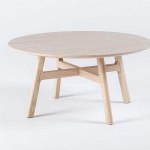 Stolik z kolekcji Mishell wykonany z naturalnego drewna. Fot. Noti