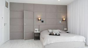 Łóżko jest najważniejszym meblem w sypialni, dlatego też zasługuje na wyjątkową oprawę. Prostym, ale jednocześnie niezawodnym sposobem jest dekoracja ściany za łóżkiem.