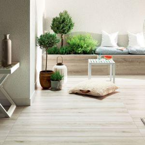 Aranżacja tarasu z kolekcją płyt ceramicznych Wood Craft Grey marki Korzilius. Fot. Tubądzin