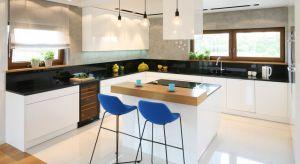 Decydując się na połączenie kuchni i salonu musimy pamiętać, aby wystrój kuchni pasował do aranżacji pokoju i odwrotnie. Przedstawiamy10 wnętrz z wyspą w roli głównej.