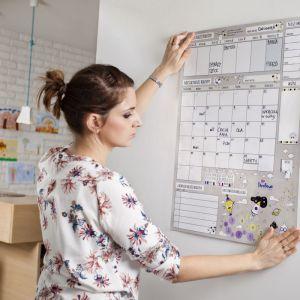Planer zawieszony na ścianie będzie dostępny dla każdej osoby w rodzinie. Fot. Family Thinking