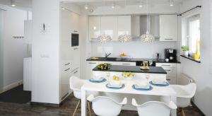 Kuchnia to pomieszczenie, w którym nie tylko gotujemy. Często pełni ono funkcję jadalni. Dlatego tak ważne jest, by odpowiednio zaaranżować tę przestrzeń - by móc cieszyć się w niej gotowaniem, jedzeniem i rozmową jednocześnie.