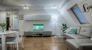 Urządzenie mieszkania na poddaszu to nie lada wyzwanie. Pastelowe kolory, dużo punktowego światła rozświetlają i powiększają przestrzeń w której mamy aż 4 strefy : kuchnia, jadalnia, miejsce do czytania i wspólnego oglądania TV.