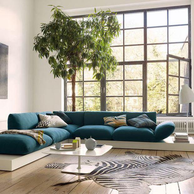 10 pomysłów na niebieską sofę