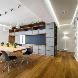 Przestronny apartament o pow. 170 m kw położony na południu Włoch został zorganizowany wokół monolitycznego bloku wyznaczającego granicę pomiędzy salonem i kuchnią. Projekt: Brain Factory – Architecture & Design. Fot. Marco Marotto