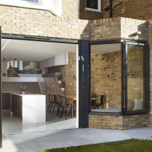 Projekt Scenario House objął nie tylko wykończenie wnętrz, ale także radykalną przebudowę starego domu w Londynie (Wielka Brytania). Projekt: Scenario Architecture. Fot. Matt Clayton