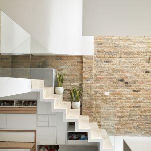 We wnętrzach panuje oszczędny minimalizm, ocieplony obecnością takich materiałów, jak cegła na ścianie czy drewno na podłogach. Projekt: Scenario Architecture. Fot. Matt Clayton