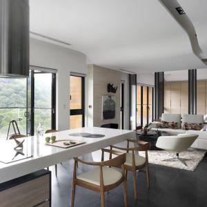 Unbound to projekt mieszkania położonego wśród malowniczych krajobrazów Tajwanu, który zakładał otwarcie wnętrza na otoczenie. Obok nowoczesnych materiałów, takich jak Corian na wyspie kuchennej, dominują naturalne surowce, takie jak drewno i kamień oraz relaksująca paleta stonowanych barw. Projekt: JC Architecture. Fot. Kevin Wu