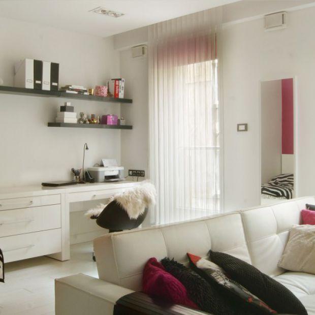 Małe mieszkanie w bieli i różu
