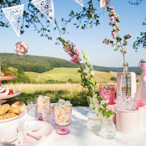 Piknik w ogrodzie - piękne naczynia i akcesoria
