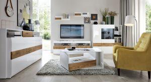 Białe meble rozświetlają wnętrza i optycznie je powiększają. Z elementami drewna dodatkowo prezentują się bardzo modnie.