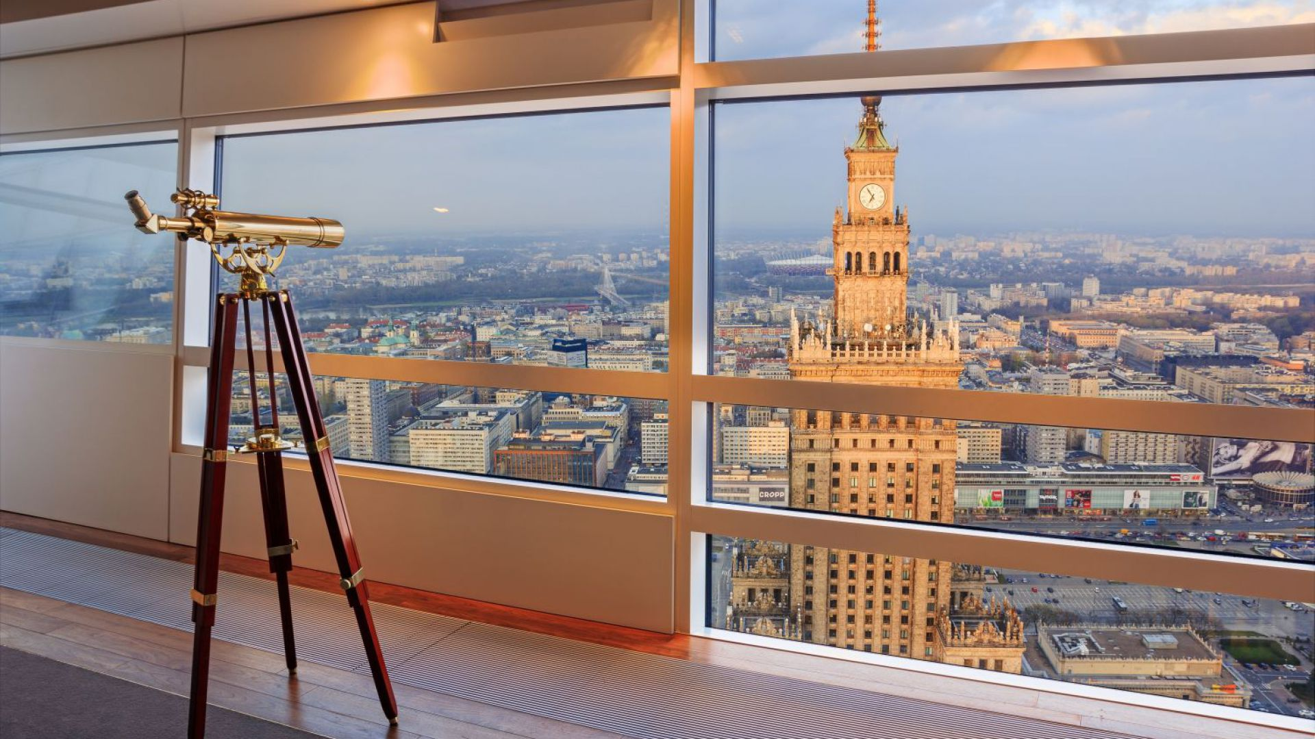 Przeszklone elewacje warszawskiego drapacza chmur są również osiągnięciem najnowszych technologii. Zapewniają nie tylko malownicze widoki, ale i upragnioną ciszę. Fot. materiały prasowe
