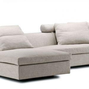 Modułowa sofa Chess, która daje nieskończone możliwości aranżacyjne. Wygodne, niskie siedzisko prezentuje się elegancko, a duża ilość mięsistych poduch oparciowych zapewnia porządne wsparcie dla zmęczonych pleców. Fot. Eilersen