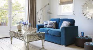 Mała sofa może być tak samo wygodna i funkcjonalna, jak model o dużym rozmiarze. Zobacz, jakie sofy sprawdzą się w małym salonie.