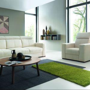 Sofa trzyosobowa Aspen posiada wyprofilowane oparcia, dzięki czemu siedzenie na niej jest wyjątkowym komfortem, o który dodatkowo dbają regulowane zagłówki. Cena ok. 2.827 zł. Fot. Wajnert Meble