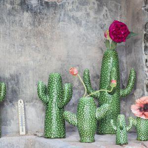 Wazony Cactus w kolorze głębokiej zieleni na pojedyncze kwiaty oraz dekoracyjne gałązek; dostępne w różnych rozmiarach. Fot.  Serax,
