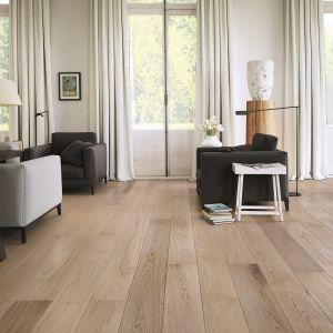 Przy drewnianej podłodze ważne jest częste odkurzanie i ścieranie posadzki suchym lub lekko wilgotnym mopem. Zarówno w przypadku podłóg olejowanych, jak i lakierowanych najlepsze są suche metody sprzątania. Fot. Charme Parquet