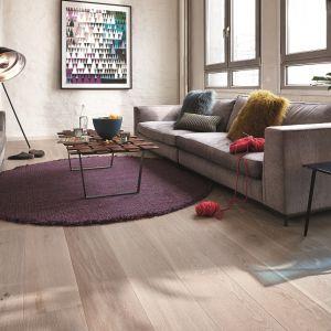 W przypadku podłogi warto postawić na rodzimą klasykę, która bez trudu odnajdzie się w towarzystwie praktycznie wszystkich stylów aranżacyjnych. Fot. Charme Parquet