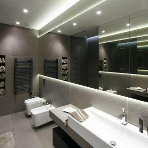 Łazienka w ciemnej kolorystyce i minimalistycznym stylu potrzebuje dużego lustra. Projekt: Małgorzata Muc, Joanna Scott. Fot. Bartosz Jarosz