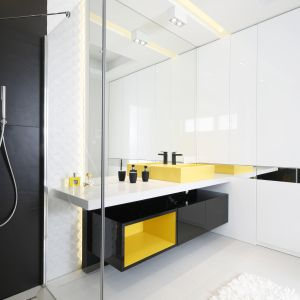Żywa kolorystyka w łazience sprawi, że wnętrze będzie miało dużo pozytywnej energii. Projekt: Agnieszka Hajdas-Obajtek. Fot. Bartosz Jarosz