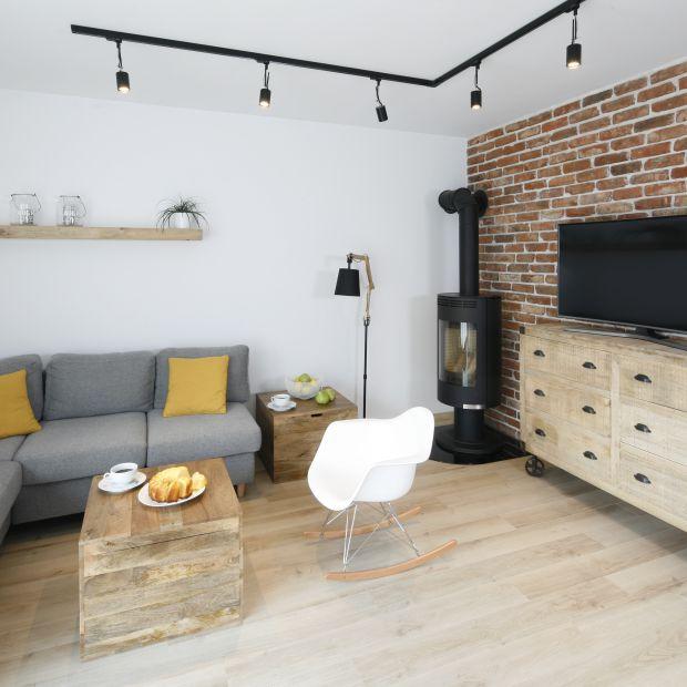 10 pomysłów na cegłę w salonie