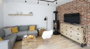 Decydując się na cegłę w salonie możemy podkreślić charakter całego pomieszczenia nie tylko przez wyeksponowanie ścian, ale także wyróżniając pojedyncze elementy, takie jak filar, kolumnę czy kominek.