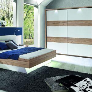 Kolekcja mebli Corsica. Ciekawym elementem jest tu łóżko z zintegrowanymi półkami nocnymi. Fot. Forte
