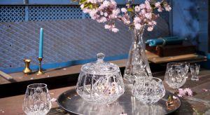 Najnowsza kolekcja wykorzystująca etniczne inspiracjeto propozycja idealna na letni stół: przyjęcie w ogrodzie czy na tarasie. Prostym ceramicznym naczyniom i obrusom lnianym czy bawełnianym doda elegancji, świetnie będzie wyglądać nawet na pro