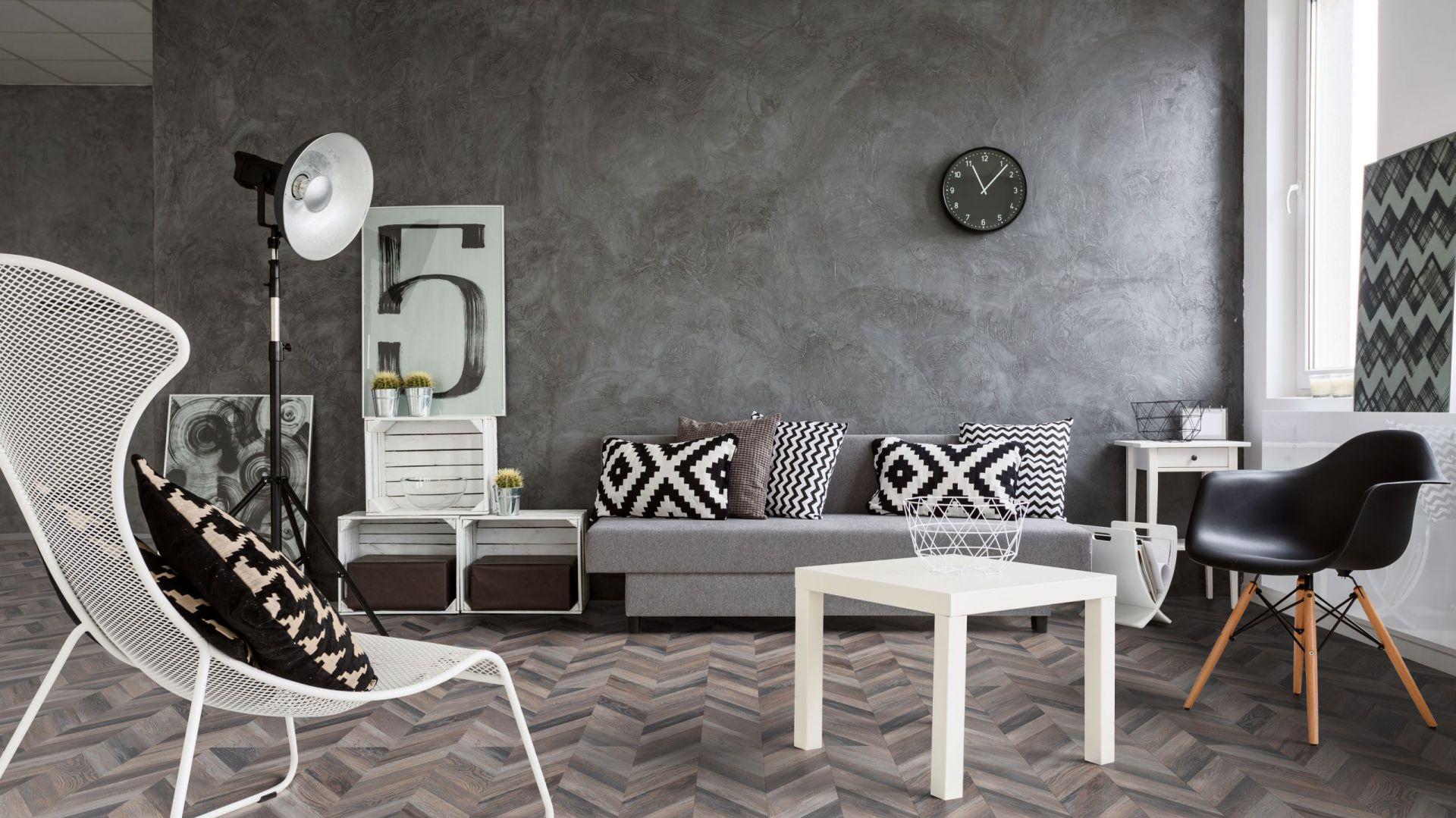 Jodełka francuska, czyli kunsztowny sposób ułożenia podłogi efektownie prezentuje się na panelach laminowanych z kolekcji Loft Artisan. Fot. RuckZuck