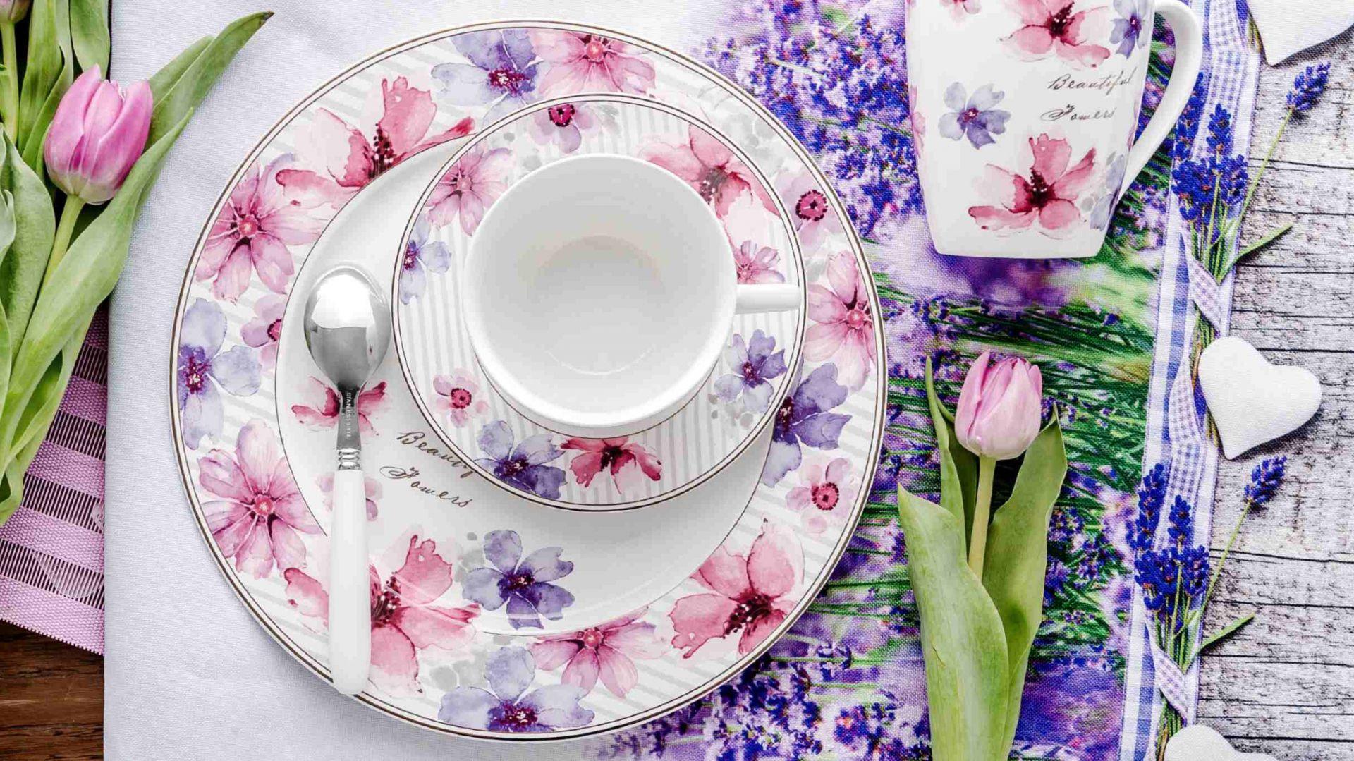 Porcelanowa zastawa stołowa Lisse zachwyca zdobieniem w barwne, kwieciste wzory oraz subtelnym wykończeniem złocistą linią na brzegach naczyń. Fot. Home&You