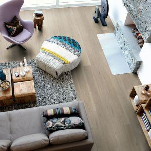 Dąb kremowy taupe to nowoczesna laminowana podłoga wzbogacona o kredowy, naturalnie rustykalny wygląd. Fot. Pergo