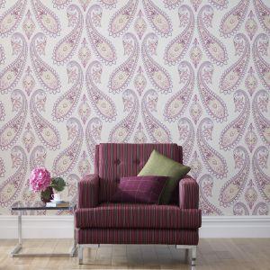 Elegancka tkanina meblowa Carnaby Stripe marki  w brązowo-różowe pasy Fot. Abraham Moon&Sons/ Dekoma.pl