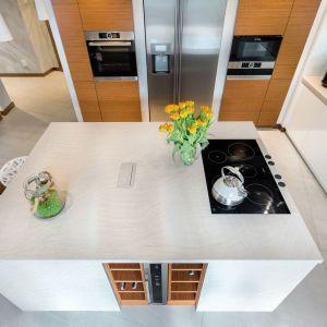 Wyspa to doskonałe miejsce na dodatkowe półki i szafki kuchenne. Fot. Studio Max Kuchnie kitchen4you