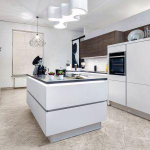 Wyspa wyznacza centrum kuchenne. Tu najczęściej przygotowuje się właśnie posiłki. Fot. Studio Max Kuchnie Starimex