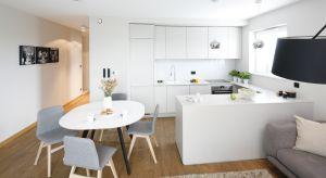 Na otwartej przestrzeni strefy dziennej urządzono kuchnię, jadalnię oraz salon. Mimo niewielkiego metrażu wnętrze urzeka stylem i funkcjonalnością.