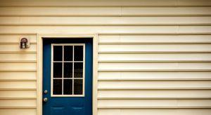 Lato to dobry czas na konserwację i odświeżenie drewnianych okien i drzwi. Warto w tym celu zastosować profesjonalne farby.