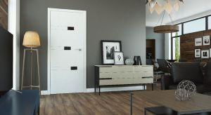 Błyszczące powierzchnie wprowadzają do mieszkania aurę ładu i porządku, a równocześnie dodają wnętrzu nuty elegancji. Lśniące wykończenie jest niezwykle popularne w przypadku mebli, jednak coraz częściej pojawia się też w designie drzwi.