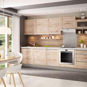 Kolor i wzór drewna na ścianie idealnie skomponowany z całością zabudowy lub jej pojedynczymi elementami (blat, korpusy szafek, cokoły) wprowadzi do kuchni wrażenie ładu i harmonii. Fot. Kam Kuchnie