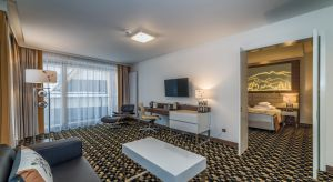 Rezydencja Nosalowy Dwór to luksusowy hotel w Zakopanem. To projekt, czerpiący swoją stylistyką z najlepszych wzorców architektury górskiej krajów alpejskich.
