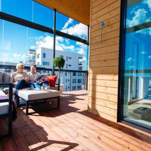 Mieszkanie w stylu Fińskim. Drewniany taras. Fot. YIT
