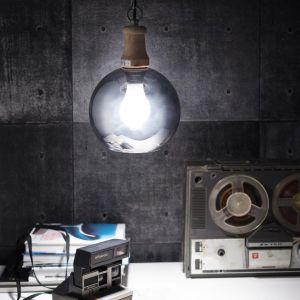 Lampa wisząca Mirror z lustrzaną powłoką w kształcie kuli. Prosta forma lampy dzięki lustrom pięknie odbija światło, rozświetlając całe pomieszczenie. Pasuje do nowoczesnych i industrialnych wnętrz. Fot. Dekoria