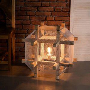 Industrialna lampa podłogowa The Cage o kształcie przypominającym klatkę. Siatkowy abażur oraz drewniany stelaż tworzą niecodzienną kompozycję. Lampa idealnie sprawdzi się we wnętrzach w stylu loftowym. Fot. Dekoria