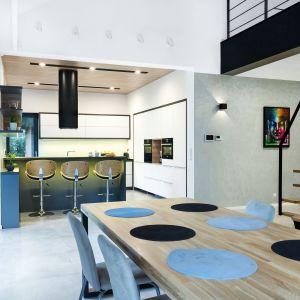 Stół w dużej kuchni. Fot. Studio Max Kuchnie Pinio