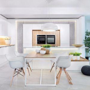 Stół w dużej kuchni. Fot. Studio Max Kuchnie Vigo
