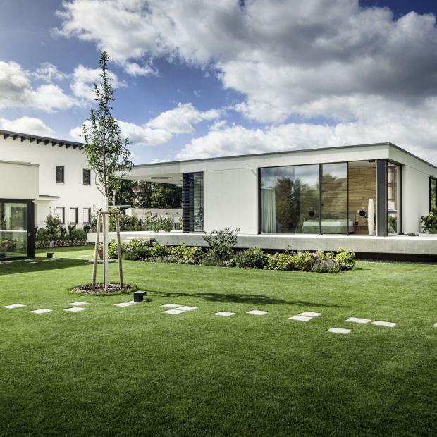 Panoramiczne okna i drzwi: otwórz salon na ogród