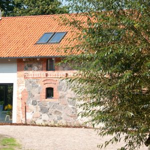 Folwark Bielskie to odnowiona przez właścicieli stodoła zaadaptowana na budynek mieszkalny o powierzchni użytkowej ok. 420 m². Fot. folwarkbielskie.pl
